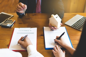 Courtier donnant les clés de la nouvelle maison et du handshaking avec le client