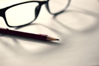 Crayon sur papier avec des lunettes