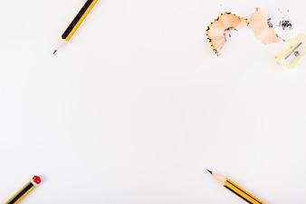 Crayons et taille-crayon avec des copeaux