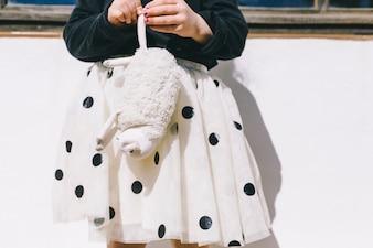 Crop girl avec des moutons jouets