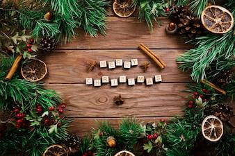 Cubes avec des lettres près de rameaux de Noël