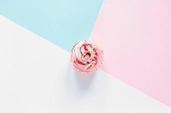 Cupcake sur fond coloré