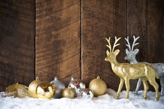 Décoration de boule et renne Noël or argent avec fond de bois