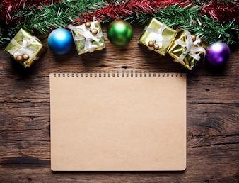 Décoration de Noël avec des cadeaux sur planche de bois