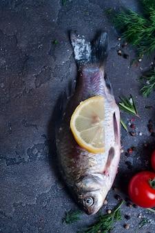 Délicieux poisson frais sur fond vintage noir.