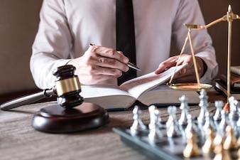 Des avocats professionnels travaillant dans une salle d'audience assis à la table et signant des documents