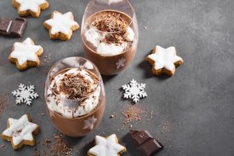 Dessert au chocolat de Noël servi dans un verre