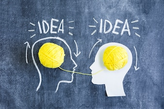 Deux têtes, à, transfert d'informations, à, idée, texte, dessiné, sur, tableau