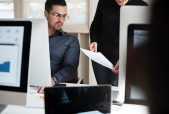 Divers hommes d'affaires travaillant