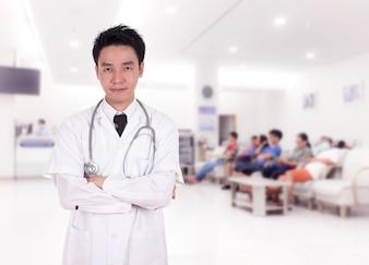 Docteur souriant avec les bras croisés