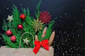 Emballage de papier cadeau de Noël avec des branches de sapin et des décorations de Noël