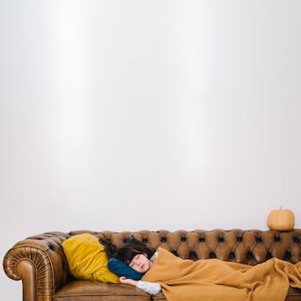 Enfant qui dort sur le canapé