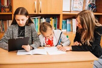 Enseignant aide les élèves