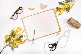 Ensemble festif de printemps décoré de fleurs mimosa bloc-notes lecteur flash lunettes ciseaux corde