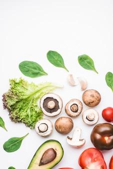 Épinards et légumes autour des champignons