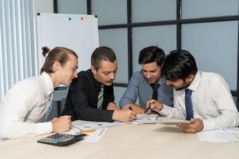 Équipe commerciale analysant le rapport financier.