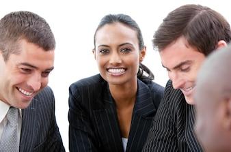 Équipe commerciale montrant la diversité lors d'une réunion