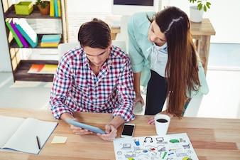 Équipe créative travaillant ensemble au bureau d'un bureau occasionnel