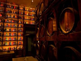 Étagères de bouteilles à Athènes en Grèce