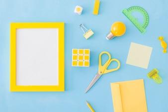 Étudier les fournitures à proximité du cadre vide