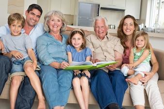 Famille avec livre de contes à la maison