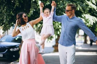 Famille avec petite fille ensemble dans le parc
