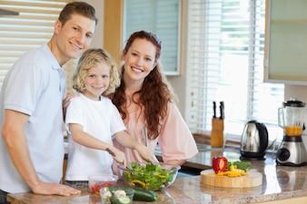 Famille préparant une salade