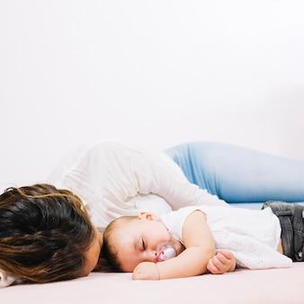 Femme allongée avec bébé
