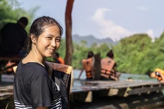 Femme asiatique, dans, gilet de sauvetage, séance, près, rivière, dans, kanchanaburi
