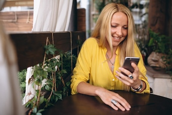 Femme blonde cheveux heureux parler au téléphone