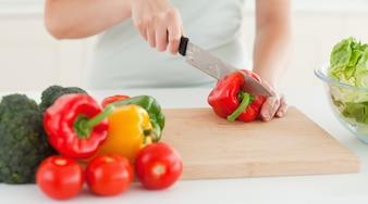 Femme coupe légumes