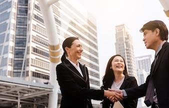 Femme d'affaires et homme d'affaires Handshake avec partenaire Concept de deal saluant, ba de ville moderne