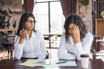 Femme d'affaires grave accusant un collègue de faire une erreur.