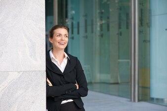 Femme d'affaires moderne souriant