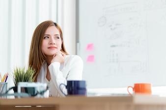 Femme d'affaires regarde par la fenêtre avec confiance