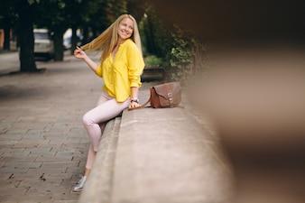 Femme heureuse par une journée ensoleillée à l'extérieur