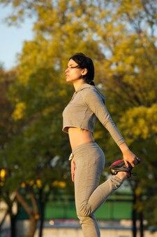 Femme jeune en bonne santé, faire de l'exercice en plein air dans le parc