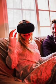 Femme joyeuse dans le casque VR près de petit ami