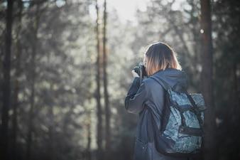 Femme méconnaissable, prendre des photos de la forêt