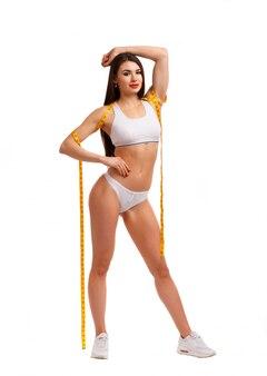 Femme posant avec un ruban livré dans son corps