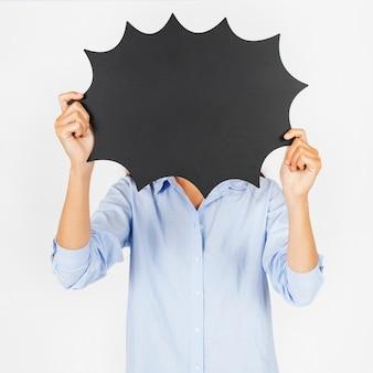 Femme sans visage avec ballon de discours