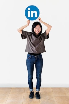 Femme tenant une icône Linkedin