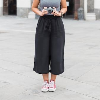 Femme touriste avec caméra