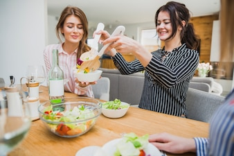 Femmes mangeant des aliments sains