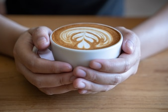 Femmes, tenue, tasse café, café table bois, tout, avoir, café