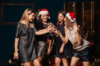 Fête du nouvel an. Joyeux moments de Noël avec des amis.