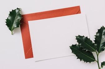 Feuille de papier avec enveloppe sur la table