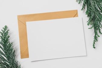 Feuille de papier avec une enveloppe jaune sur la table