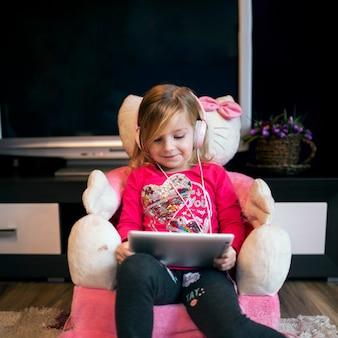 Fille regardant un film sur une tablette