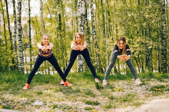 Filles sportives dans un parc